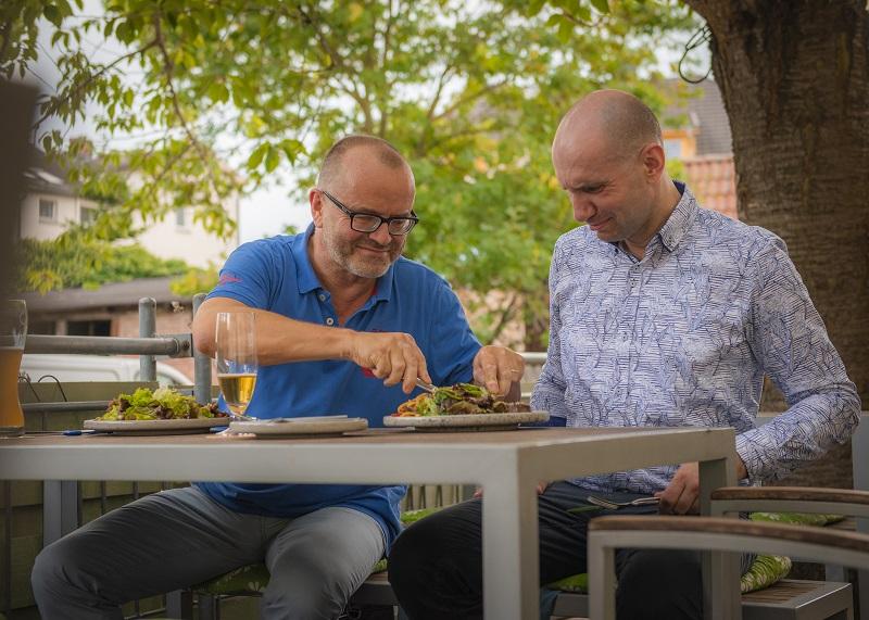 Wohl bekomm's: Tester Sirko Salka (rechts) und Frank Wilhelm naschen von ihrem Essen, das sie sich zusammengestellt haben.