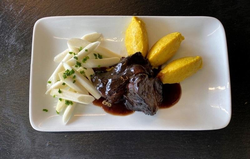 Restaurantleiter Roger Paeplow empfiehlt: Ochsenbäckchen an Holunderjus, dazu ein Kartoffel-Steckrüben-Püree und Schwarzwurzeln mit Kräuterbutter.
