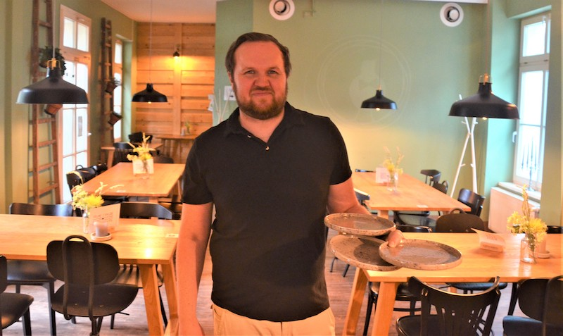"""Henri Krickhahn: """"Man merkt schnell, ob sich die Leute aktiv unterhalten wollen oder doch in Ruhe essen möchten. Wichtig ist eben immer, dass die Gäste zufrieden sind und gern wiederkommen."""""""